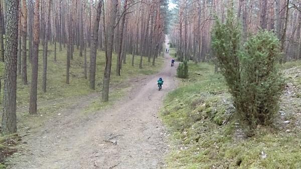 W końcowej fazie wycieczki napotkaliśmy na liczne wzniesienia, które dawały dzieciakom frajdę ze zjazdów na rowerach.