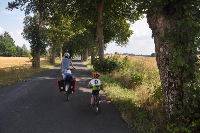 Pagórkowaty teren i dające sporo cienia drzewa rosnące w skrajni - tak zapamiętaliśmy trasę z pierwszego dnia :)