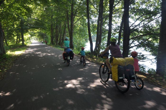Odcinek z Bornego Sulinowa do Nadarzyc - trasa wzdłuż jezior i lasów.