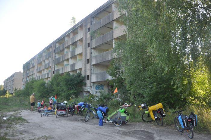 Kłomino - odpoczynek przed opuszczonymi blokami, pozostałościami po radzieckich żołnierzach.