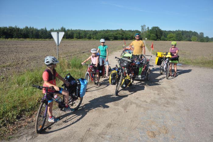 Nasza ekipa przed drogą prowadzącą do Kłomina - poradzieckiej opuszczonej wioski