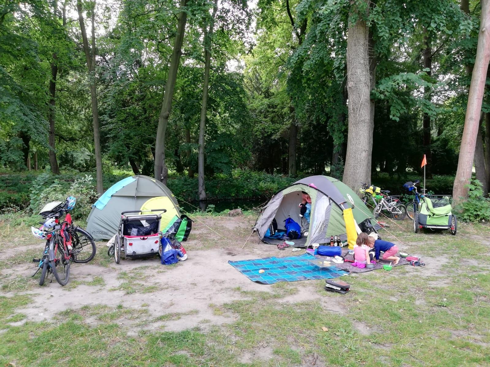 Namiot na wyjeździe rowerowym pozwala być niezależnym i ograniczyć koszty wyjazdu.