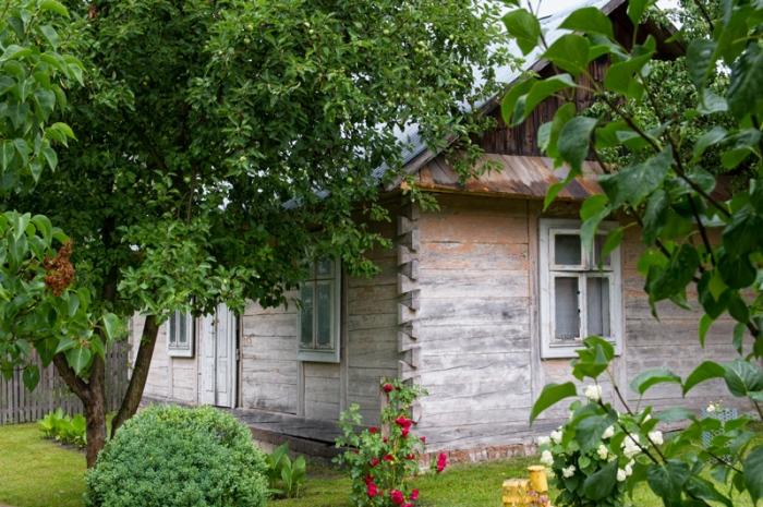 Tradycyjny, drewniany dom w Maziłach