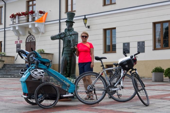 Pomnik chrząszcza przed urzędem gminy w Szczebrzeszynie