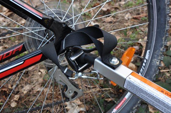 Dyszel przyczepki rowerower powinien uniemożliwić przewrócenie się przyczepy w przypadku upadku roweru