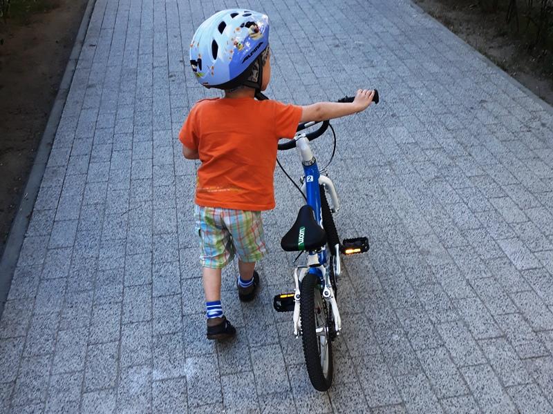 3 letni Szymon na lekkim rowerze WOOM 2