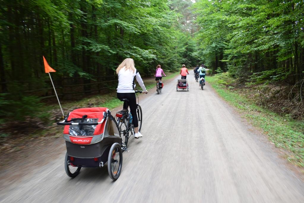 Bardzo zgrabny i lekki Burley Solo - świetna przyczepka na wycieczki dla rowerowych mam - fot. Basia Pasik (rowerowykraj.pl)