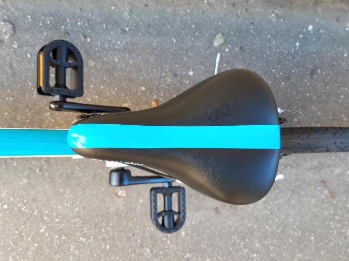 Siodełko i widoczne proste korby w rowerze Frog 40/43.