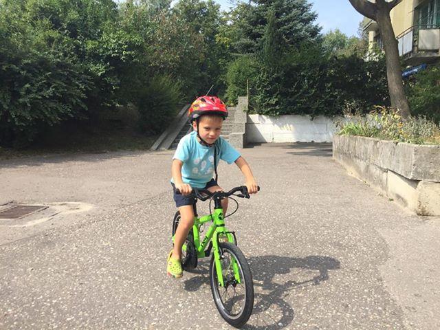 Kuba na lekkim rowerze dla dzieci Frog 48