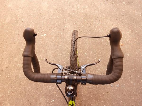 Szerokie opony i dodatkowe dźwignie hamulcowe w dziecięcym rowerze szosowym Frog Road 67.