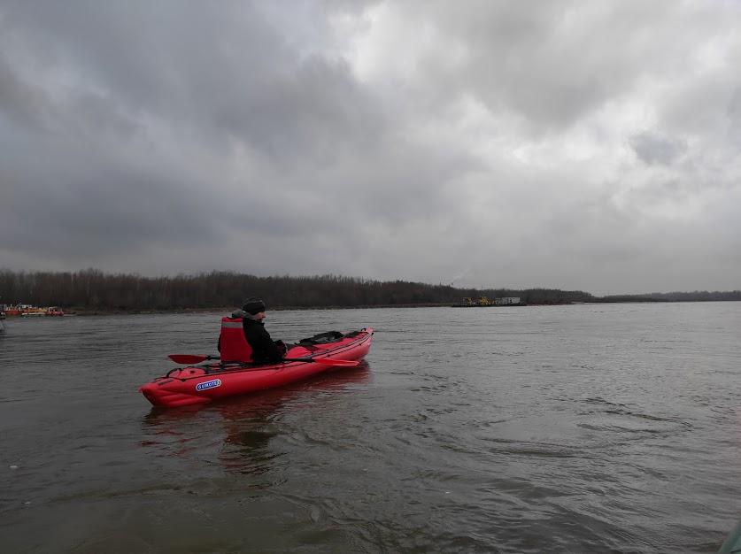 Z kajakiem pneumatycznym Gumotex Seawave podczas późnojesiennego spływu Wisłą.