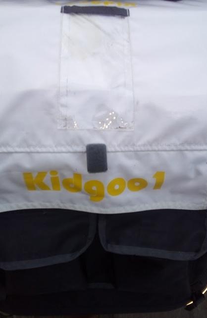 Widok kieszonek na drobiazgi z tyłu przyczepki Qeridoo KidGoo 1